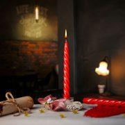 Pekná zatočená sviečka na častušky červenej farby.