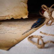 Na pergamene je pekné pero z vtáčieho pierka.