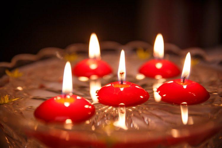 Červené maturitné sviečky plávajúce na stužkovú. Sviečky sa zapaľuju pri čítaní básničiek o maturantoch.