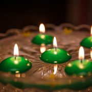 Zelená plávajúca sviečka pre maturantov na stužkové slávnosti.