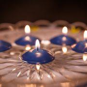 Modrá sviečka pre maturantov ktorá pláva na vode.