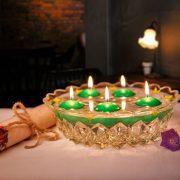 Zelené plávajúce sviečky plávajúce na vode.