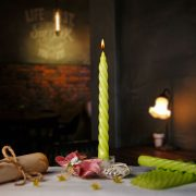 Jablkovo zelená zatočená sviečka k častuškám.