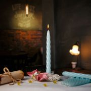 Maturitná sviečka belaso modrá zatočená.