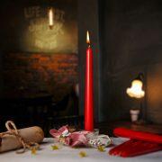 Metalická červená sviečka ku stužkovej na polnočné čítanie čiernej kroniky.