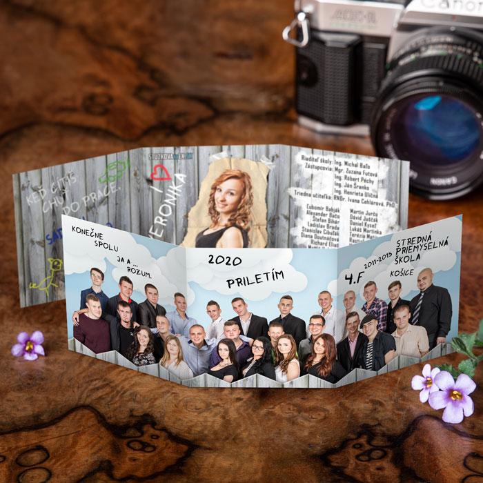 Štýlové maturitné oznamko s vytlačenou fotkou celej triedy.