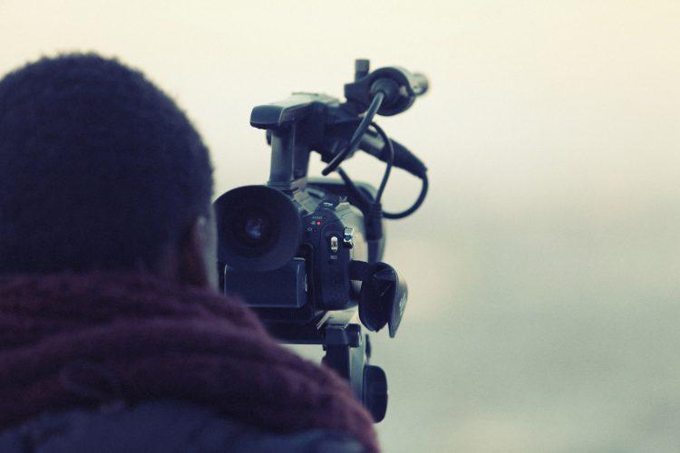 Produkt Kameraman na stužkovú slávnosť. Natočíme profesionálne video zo stužkovej slávnosti a z kradnutia a pečatenia triednej knihy.