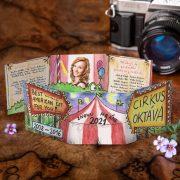 Kreslené cirkusové maturitné oznamko s fotkou maturantov vytlačených v grafike oznamka.