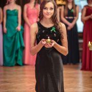 fotograf odfotil maturantku v čierných šatách pri čítaní jej básničky