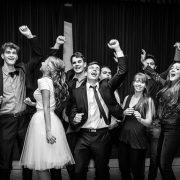 Spontálna fotografia tancujúcich maturantov na stužkovej.