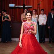 fotografia zo stužkovej slávnosti s maturantkou v červených šatách