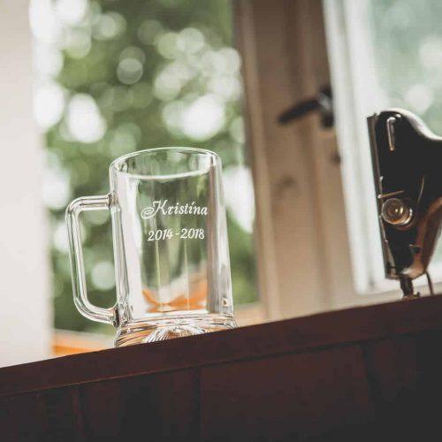 Pohár na pivo s gravírovaným menom maturanta na stužkovú slávnosť.
