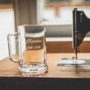 Pivový pohár s gravírovanými rokmi štúdia na stužkovú slávnosť.