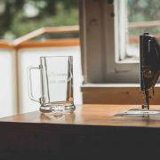 Pivný pohár pre maturantov s menom žiaka a rokmi štúdia na strednej škole.