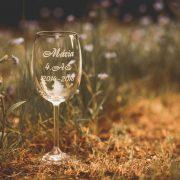Vínový pohárik s gravírovaným menom maturanta triedou a rokmi štúdia na strednej škole.
