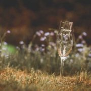 Úzky pohárik na šampanské s gravírovaným menom maturanta.