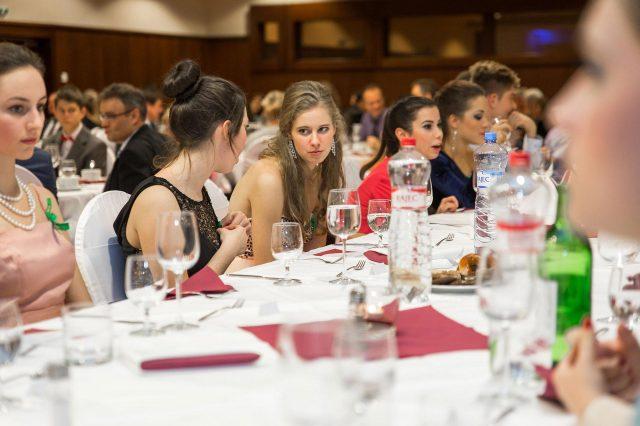 Fotka stužková – Maturanti za stolom