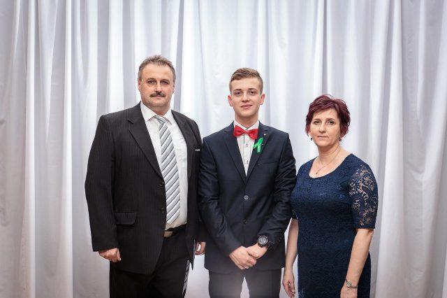 Fotka stužková – Maturant s mamou a ockom