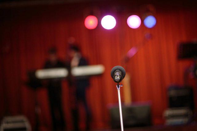 Fotka stužková – Mikrofón začiatok