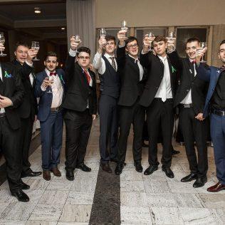 Fotka stužková – Chlapci s maturitnými pohármi
