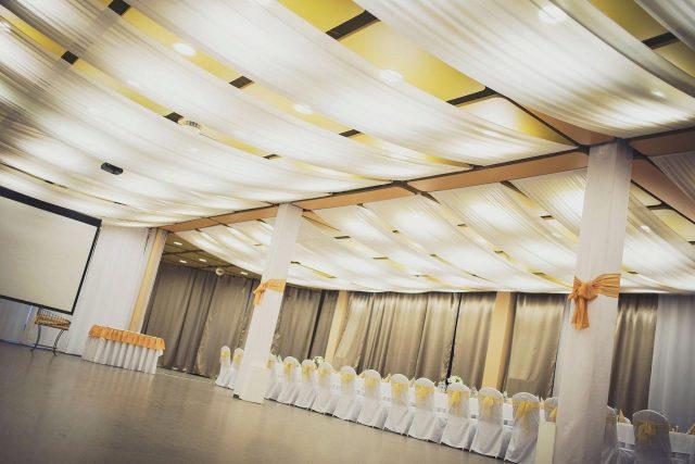 Fotka stužková – Prázdna sála