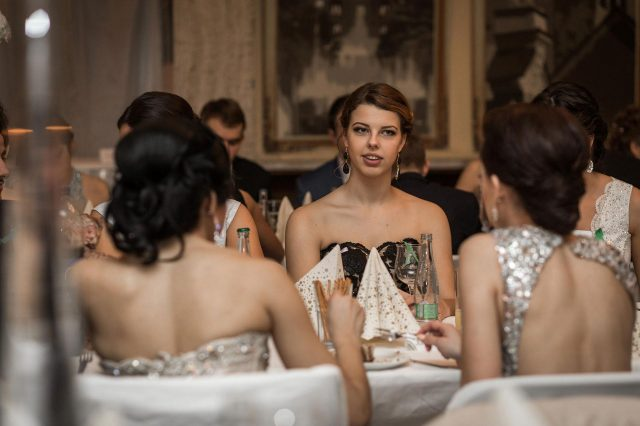 Fotka stužková – Maturantka za stolom pri večeri