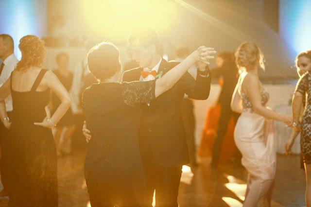 Fotka stužková – Tanec maturanta s mamkou