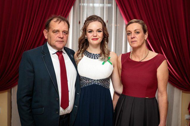Fotka stužková – Rodičia s maturantkou