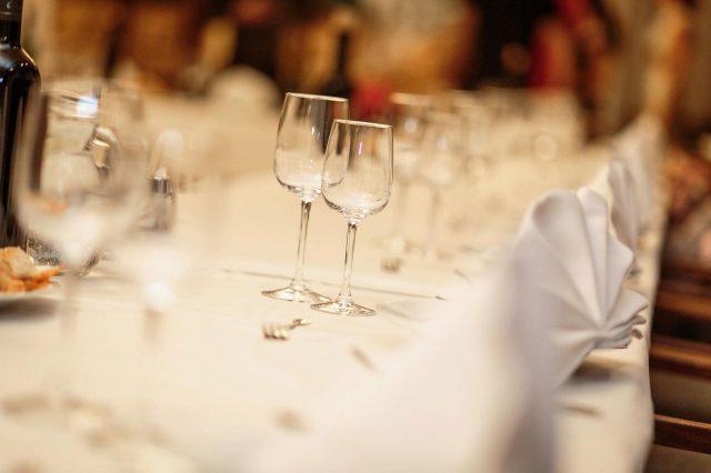 Fotka stužková – Poháre na stole