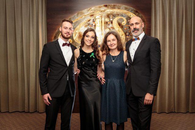 Fotka stužková – Rodičia s maturantkou a priateľom
