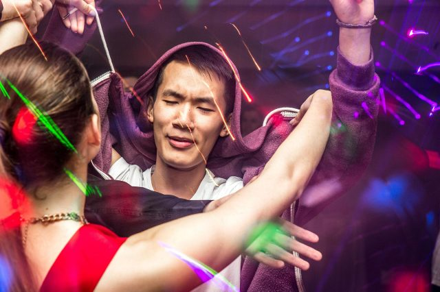 Fotka stužková – Maturant v disko svetlách