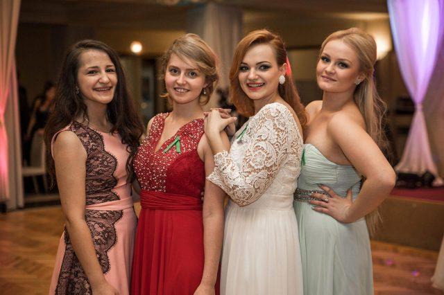 Fotka stužková – Štyri maturantky pózujú