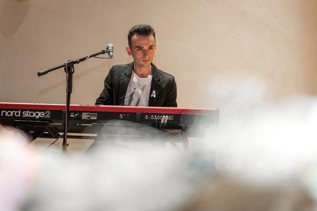 Fotka stužková – Hra na klavír