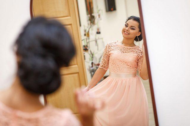 Fotka stužková – Maturantka pred zrkadlom