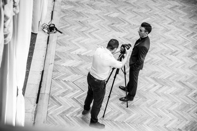 Fotka stužková – Kameraman natáča detail stužky
