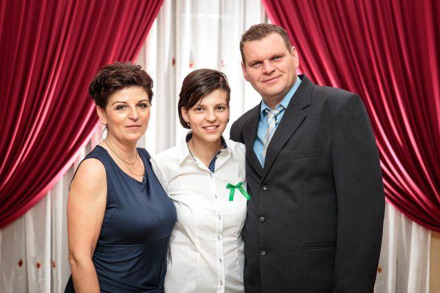 Fotka stužková – Maturantka s rodičmi so zelenou stužkou