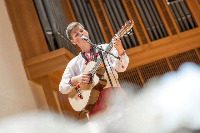 Fotka stužková – Program chlapec hrá na gitare