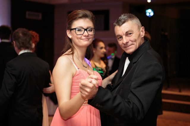 Fotka stužková – Maturantka s ockom tancujú