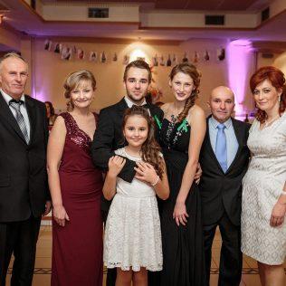 Fotka stužková – Spoločná fotka dvoch rodín maturantov