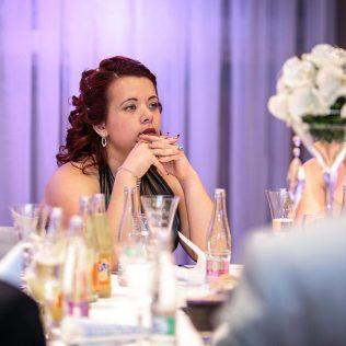 Fotka stužková – Maturantka pri stole