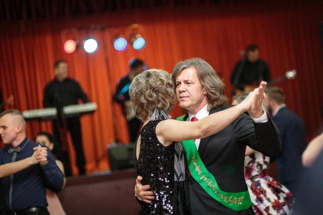 Fotka stužková – Triedny učiteľ s kolegiňou