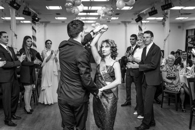 Fotka stužková – Tanec triedenej učiteľky s maturantom