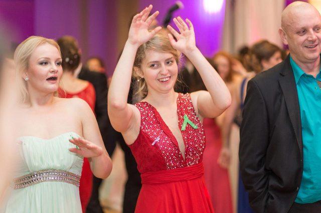 Fotka stužková – Maturantka v červených šatách