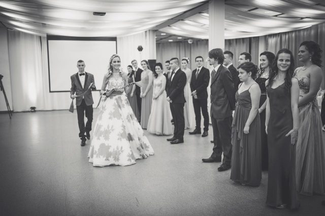 Fotka stužková – Nastúpení maturanti pred stužkovaním