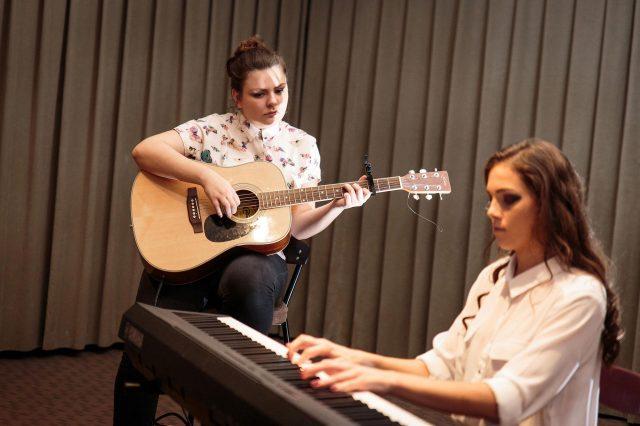 Fotka stužková – Dievčenská kapela gitara a klavír